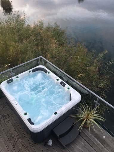 Large 6 seater hot tub