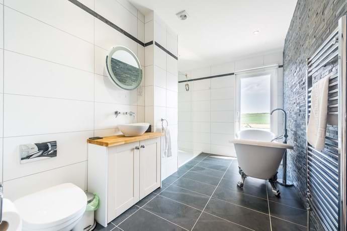 Master Bathroom - Roll top bath & walk in shower
