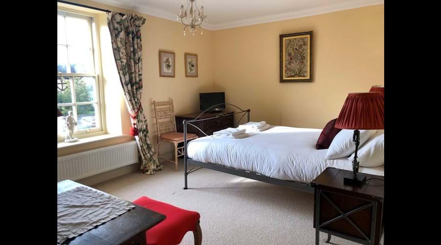 Kingsize front bedroom