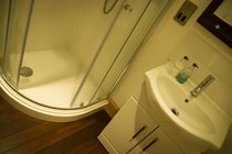 Benbow Cottage - Master bedroom en suite shower room with ship wooden flooring