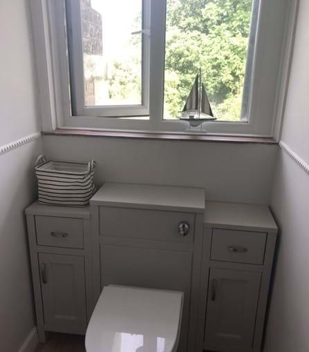 Family bathroom (upstairs)