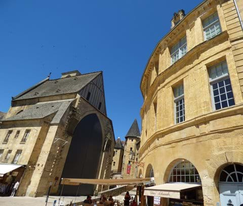 The apartment is only a few steps from the covered market at Église Sainte-Marie and Manoir de Gisson