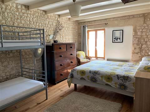 Chambre 2 (lit king-size et lits superposés)
