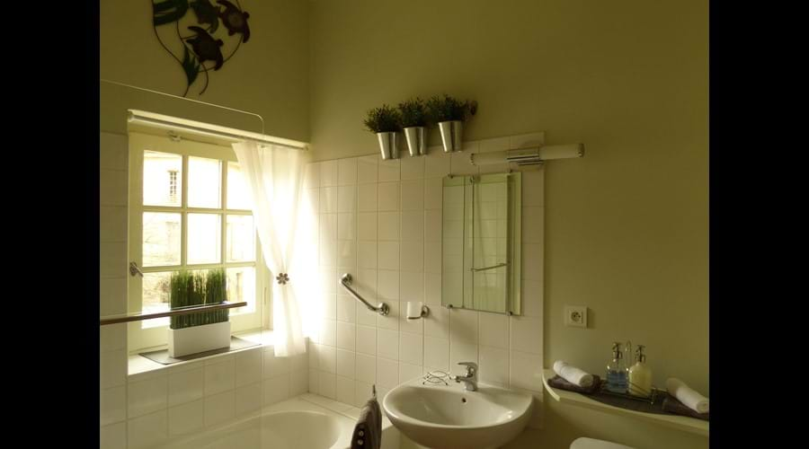 Bright bathroom with shower/bath, basin, W.C. and hairdryer