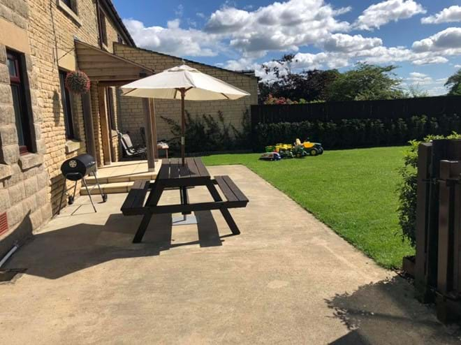 Outdoor seating with Gas barbecue - outdoor dining in Rutland