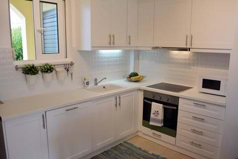 Beautiful, Modern Kitchen with Dishwasher!