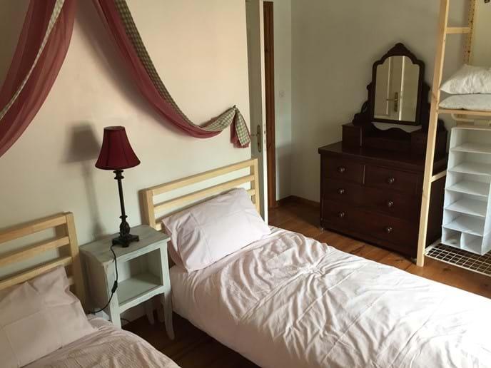 Chambre de deux lits simples 2 en haut
