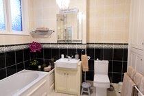 Triple Aspect En-suite Bathroom