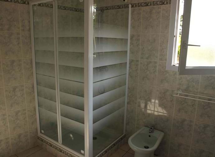 In de ruime badkamer met douche - Modern sanitair in heel!