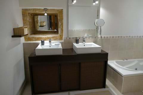 Salle de bain privative avec douche a l