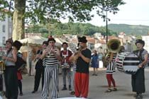 Quirky entertainment at the St Affrique Night Market!