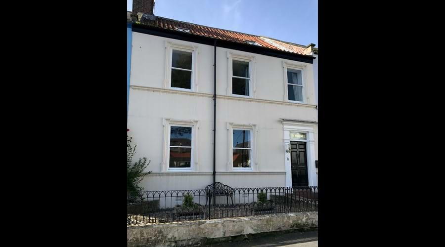 Spacious Georgian townhouse in central Whitby with 3 private parking spaces opposite