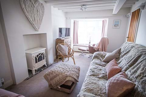 Cosy lounge with seating for 6, Smart TV, log burner style fireplace and seaview