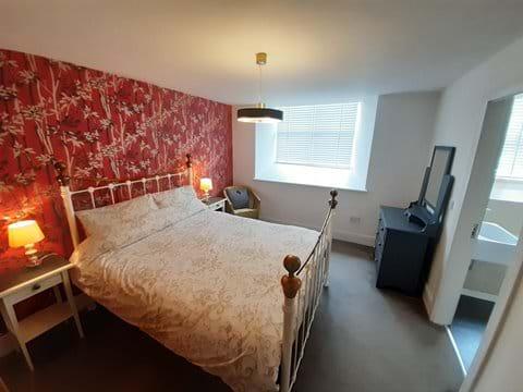 King size bed with en-suite bath/shower room