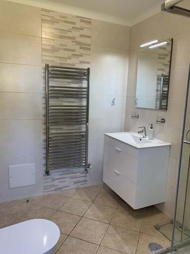 Modern en-suite shower room