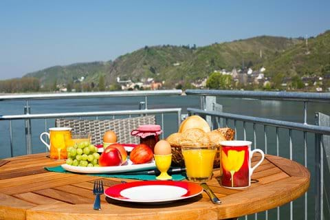Frühstück auf dem Balkon über dem Rhein