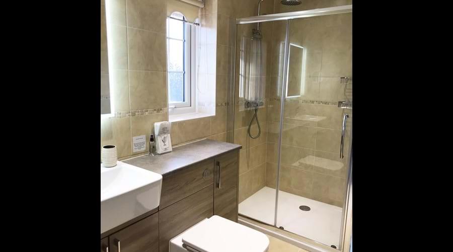 Double bedroom en-suite bathroom (upstairs)