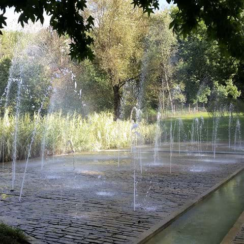 Flat ground fountains in Jardins de l