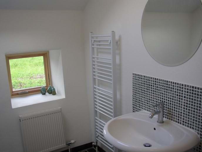 Larger bathroom with washbasin and bath