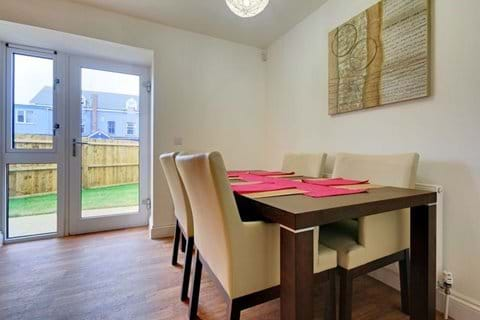 Dining area and garden of 4 Bredon Court