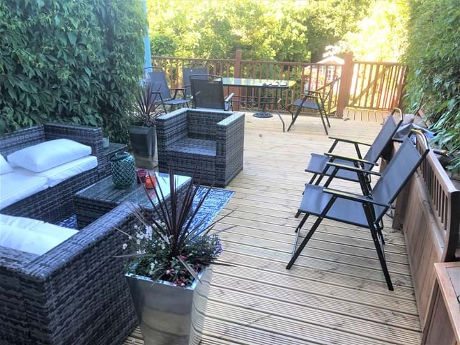 Dining or seating alfresco on the deck