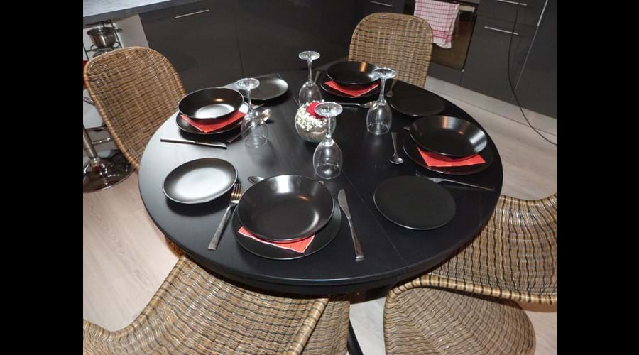 Comfortable dining for 4+