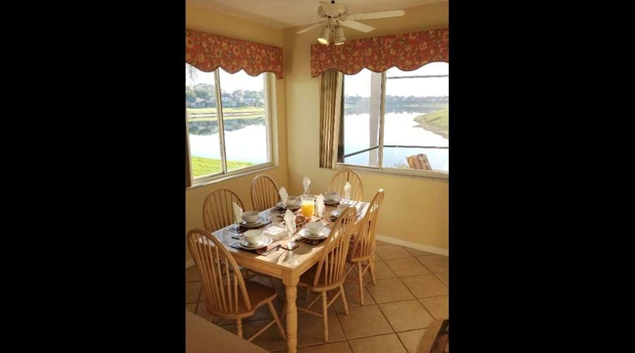 Open Plan - Dining table for 6 with views of the lake