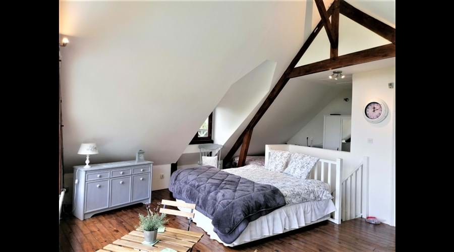 Gables - Queen size bed with single bed located in the recess area behind