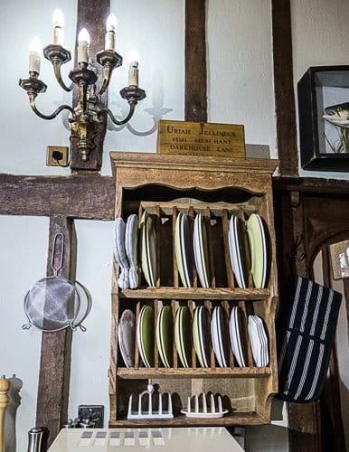 Plate rack with plates