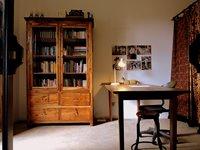 Studeerkamer met handbibliotheek (m.n. boeken over Bali en Indonesië)