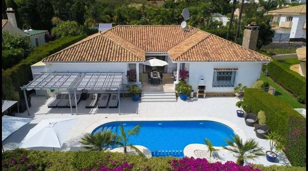 On a quiet residential estate just 250 metres from El Paraiso village no car needed