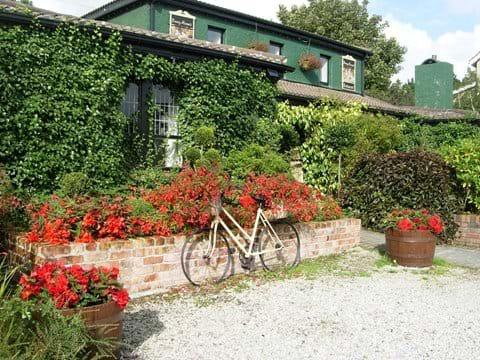 Mulladuff Thatched Cottage, Danny Minnies restaurant