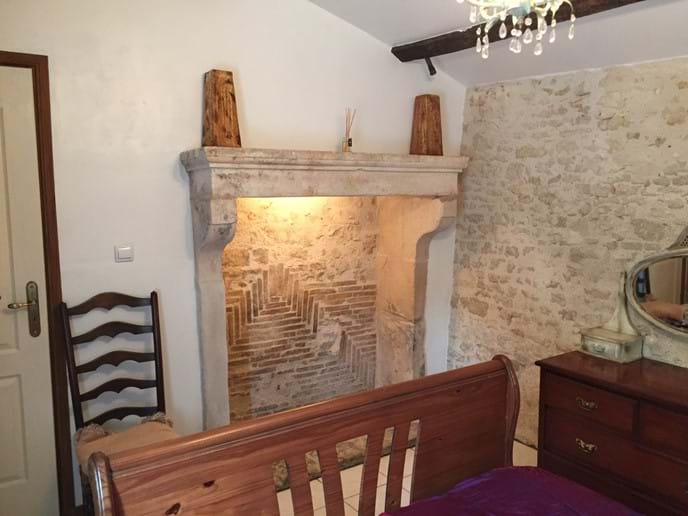 Chambre en bas avec cheminée