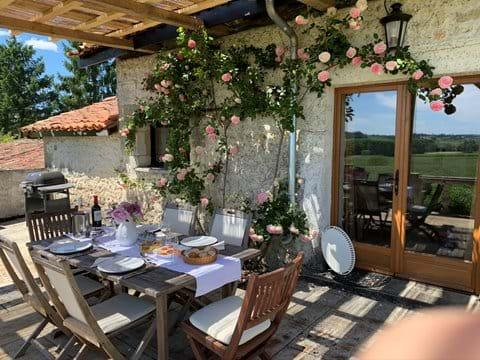 Nouveau pour 2020 - dîner sur la terrasse sous la pergola