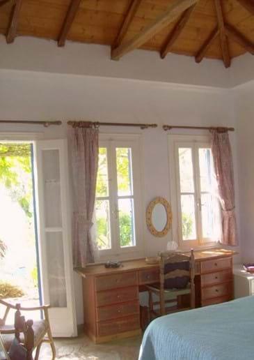 Orchard Villa master bedroom (en-suite at l.)