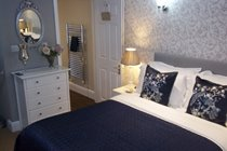 LARGE BEDROOM -  SUMPTUOUS KING SIZE BED - POCKET SPRUNG MATTRESS ENSUITE BATHROOM