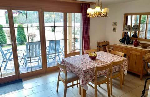 Indoor & outdoor dining