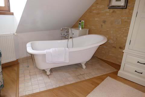 La bañera en isla en un de los dormitorios