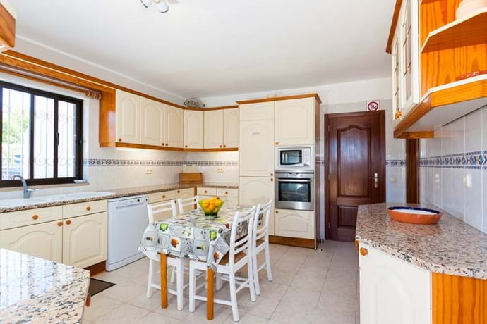 Well equipped kitchen high spec appliances