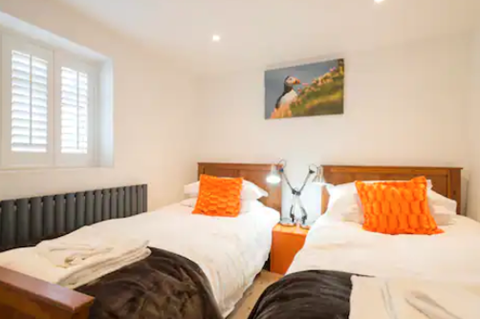 Stable Cottage twin bedroom with en-suite (downstairs)