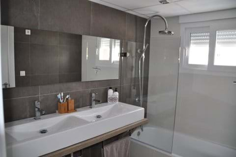 Master Bedroom 1 |ensuite bathroom for white room