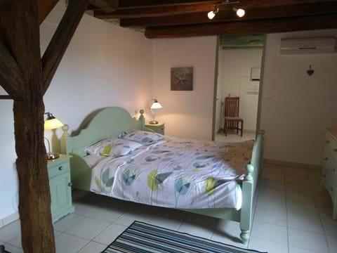 Lower ground En-suite with queen bed