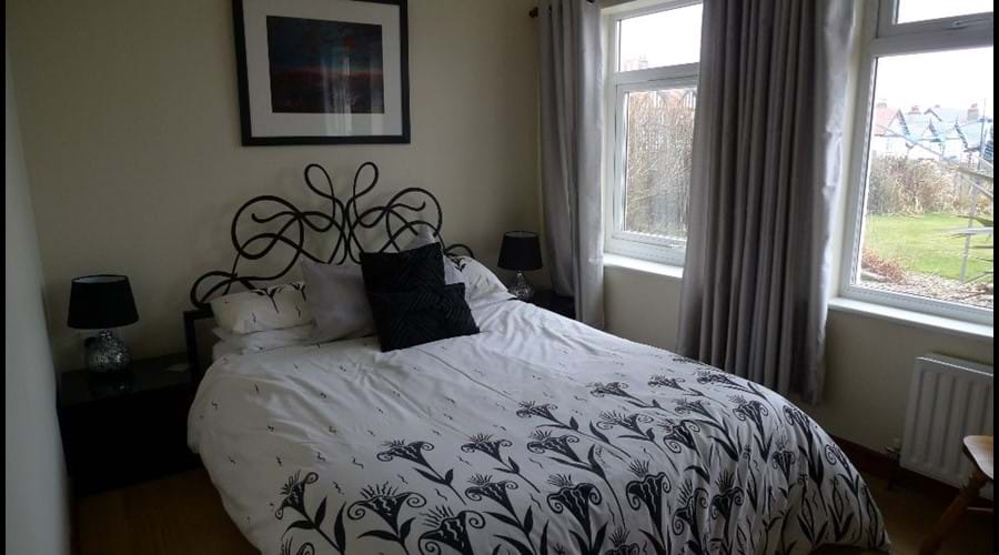 Groundfloor double bedroom with kingsize bed