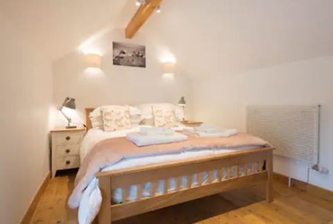 King bedroom (upstairs) with en-suite