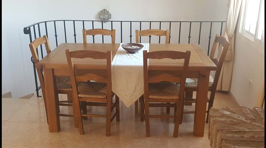 Dining table for 6 in the dining room