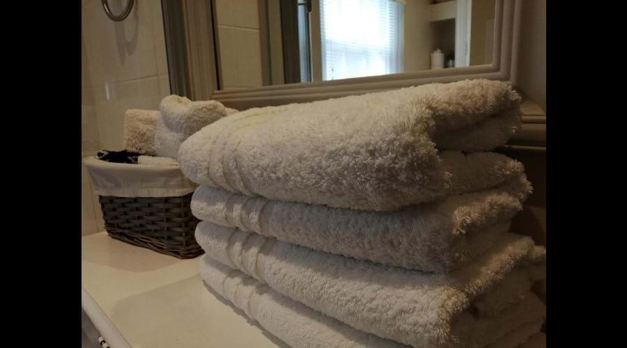 SOFT WHITE LARGE BATH TOWELS
