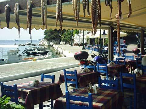 Skiathos old port, τα ψαράδικα (Psaradthika/fisherman) taverna