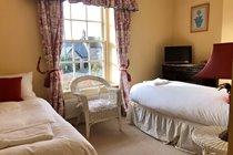 Twin bedroom (zip and links to kingsize)