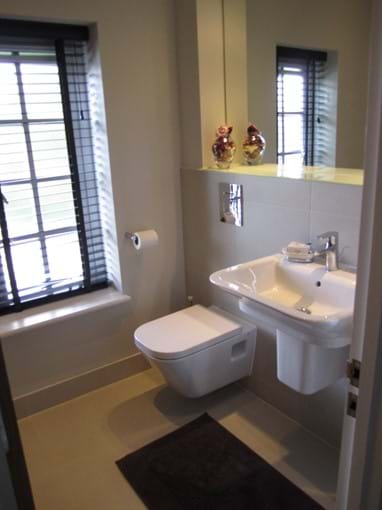 Roomy bathroom with high quality fittings.